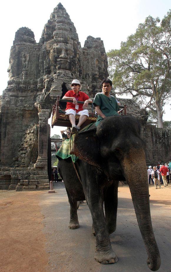 Een buitenlandse toeriste rijdt op een olifant aan Angkor Wat. Foto uit 2007.