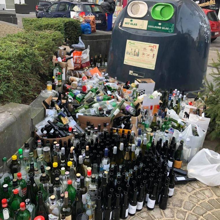 Flessen genoeg aan de glasbol op het Zegeplein.