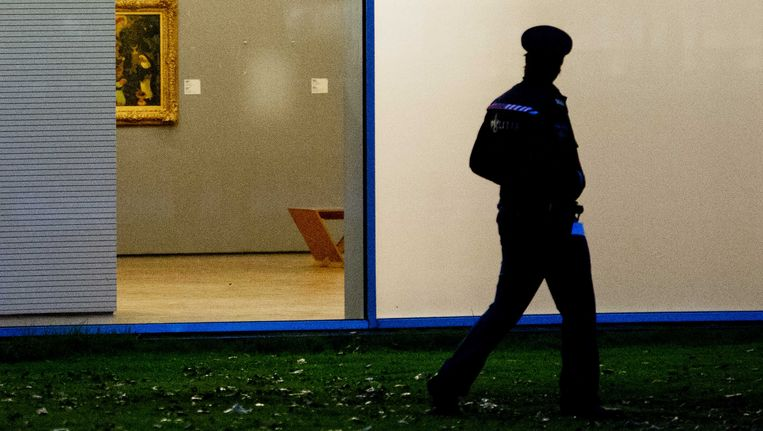 Een politieagent voor het gebouw van de Rotterdamse Kunsthal. Beeld ANP