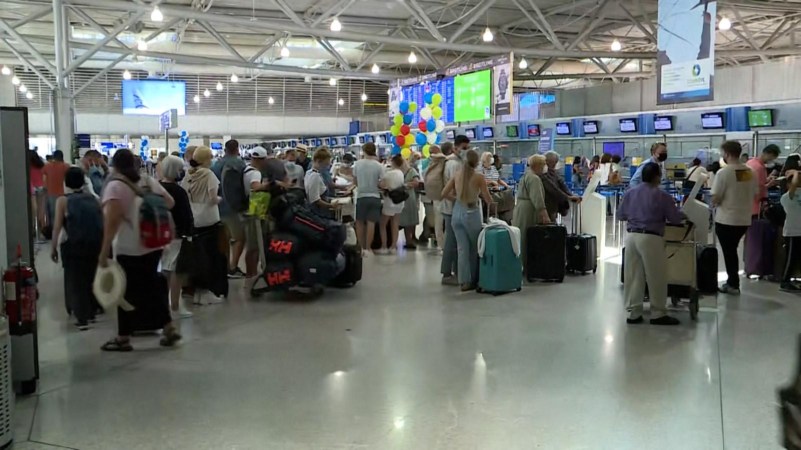 Toeristen staan aan te schuiven om het eiland te verlaten.