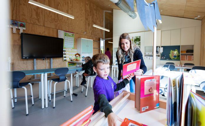 Basisschool de Wildschut in Gilze wordt officieel geopend middels een open dag. De leerlingen leiden hun ouders en familie rond door het nieuwe gebouw.