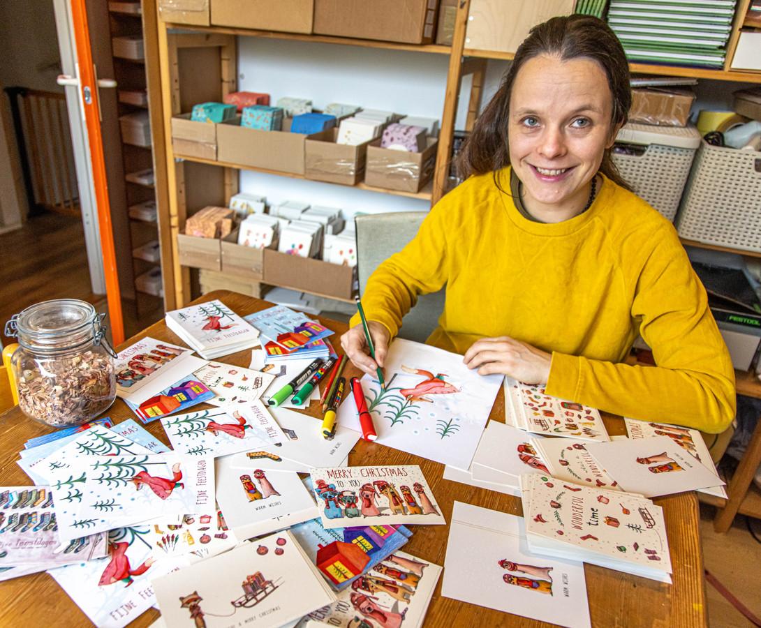 Katja Kaduk uit Zwolle denkt dat het juist in coronatijd leuk is om iemand een hart onder de riem te steken met een kerstkaart.