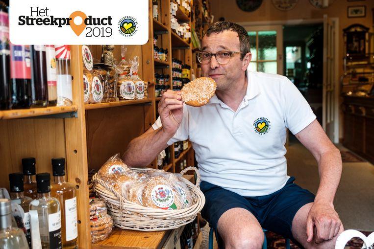 Peter Nulens in zijn zaak Lekker Limburg. Zelf is hij — uiteraard — ook een fan van de knapkoeken.