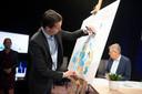 Koen de Hond (directeur Transvorm) zet symbolisch zijn handtekening op het Brabantse actieplan.