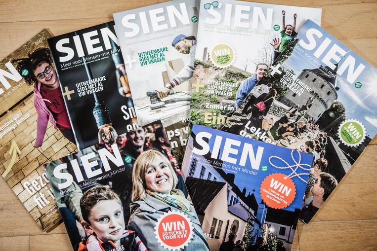 Enkele edities van het glossy magazine 'Sien', gemaakt op maat van minder gefortuneerden.  Beeld Bob Van Mol