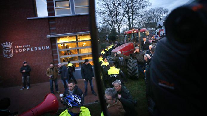 Woedende Groningers voor het gemeentehuis in Loppersum, januari 2014.