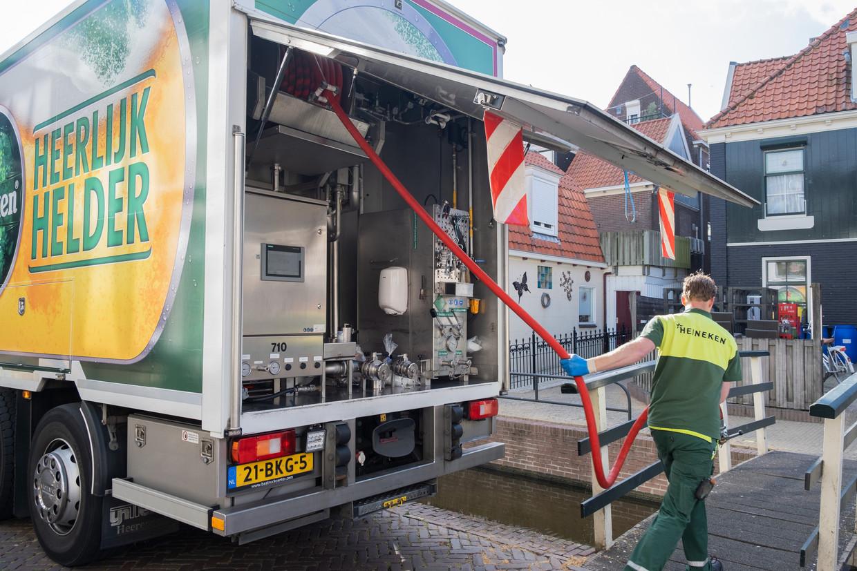 Kelderbierchauffeur Marco Vugts in Volendam. Beeld Sabine van Wechem