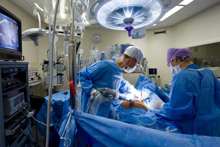 Een patiënt wordt door middel van een operatierobot aan prostaatkanker geopereerd. Beeld ANP