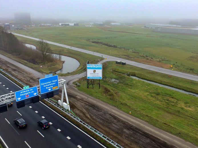 Op deze langgerekte lap grond langs de A1 komt het nieuwe distributiecentrum in Deventer, goed voor honderden banen. Het betekent meteen dat na aanvankelijk jaren van moeizame kavelverkoop Bedrijvenpark A1 aardig vol raakt.