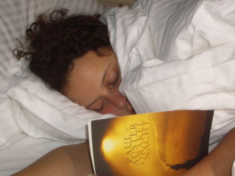 Dochter Marie valt uitgeput in slaap. Beeld Hilde Van Mieghem