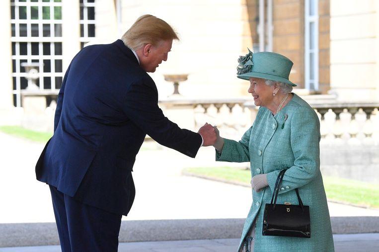 Queen Elizabeth begroet de Amerikaanse president Donald Trump op Buckingham Palace. Beeld REUTERS