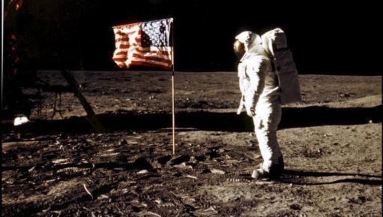 Buzz Aldrin poseert bij de Amerikaanse vlag op de maan. Beeld UNKNOWN