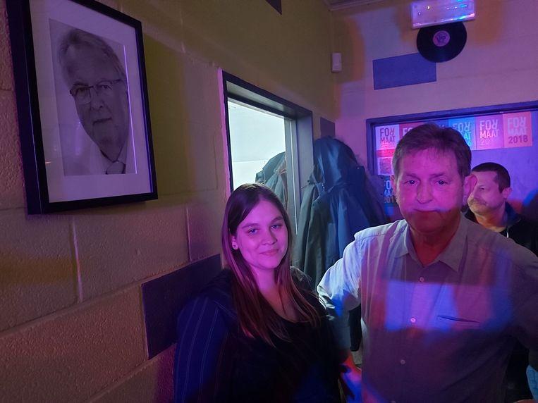 Voorzitter Marinka Kerryn en Eddy Taverniers hingen de foto van de overleden erevoorzitter op.