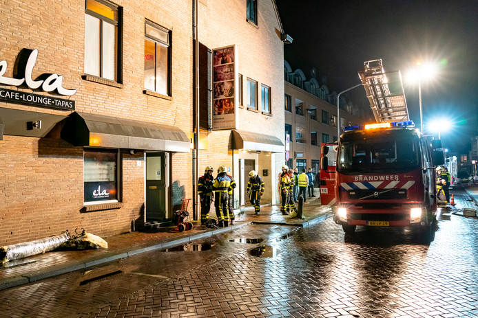 Links in beeld de deels verbrande pijp van shishalounge Ela in Oosterhout.