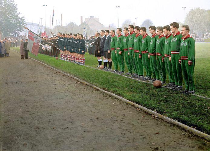 Een beeld voor de eerste officiële Europese wedstrijd in Nederland. PSV speelt op 1 november 1955 in het Philips Sportpark tegen Rapid Wien (1-0).