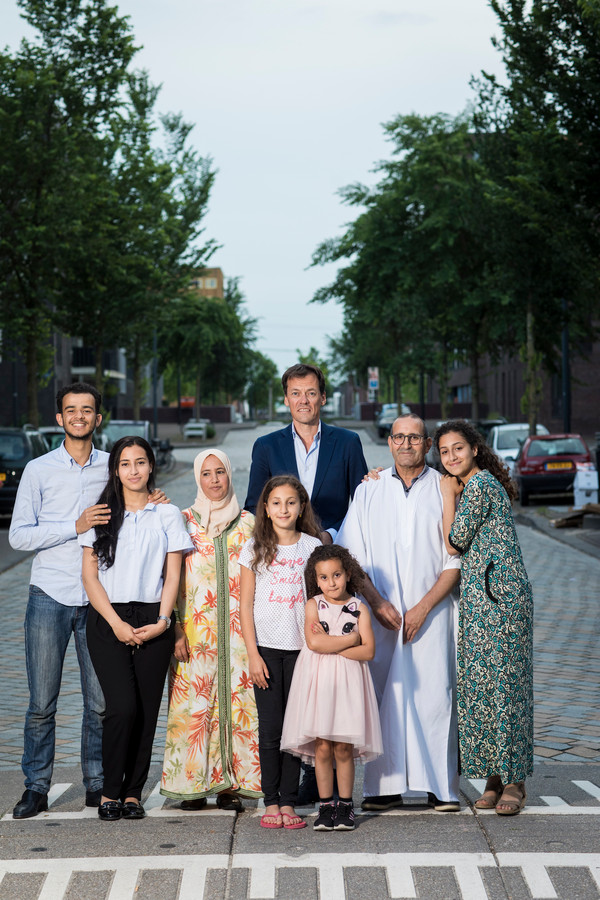 Tijs van den Brink met hele Marokkaanse gezin.