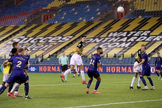 Armando Broja kopt raak op aangeven van Oussama Tannane: 1-0.