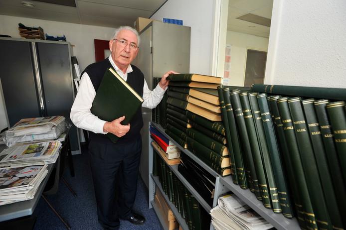 Janus de Vries bij het archief van 'De Nieuwsklok' in 2011. .