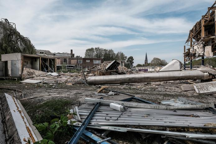 De sloop van de voormalige sigarettenfabriek in Zevenaar op het terrein waar het nieuwe Woonpark BAT gaat verrijzen.  foto : Jan Ruland van den Brink