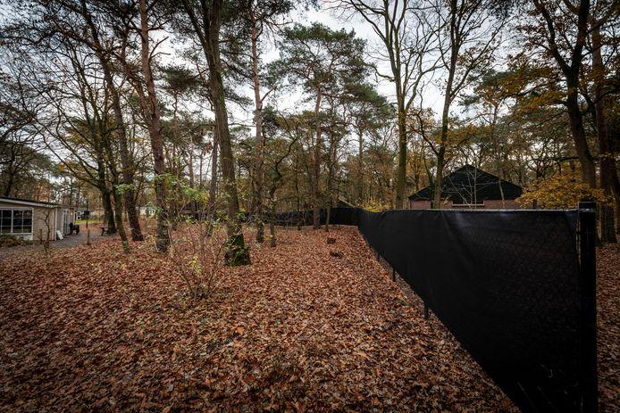 Er staat een nieuw hekwerk om een deel van de Bikkels in Vlierden.