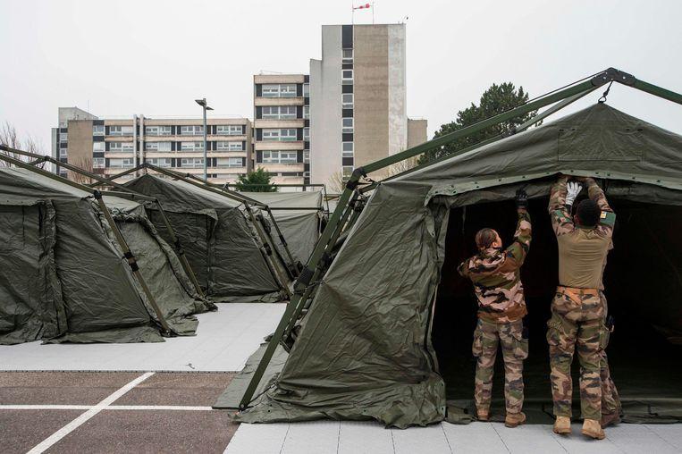 Het Franse leger bouwt een noodhospitaal naast het overbevolkte ziekenhuis in Mulhouse. Beeld AFP