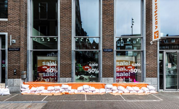 On the Maasboulevard in Venlo, entrepreneurs are trying to save what can be saved.