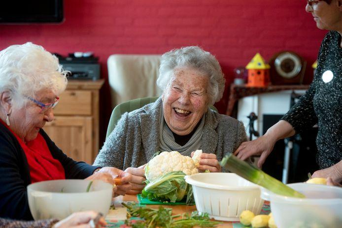 Ouderen werken mee aan de maaltijd bij Verzorgingshuis de Biesdel.