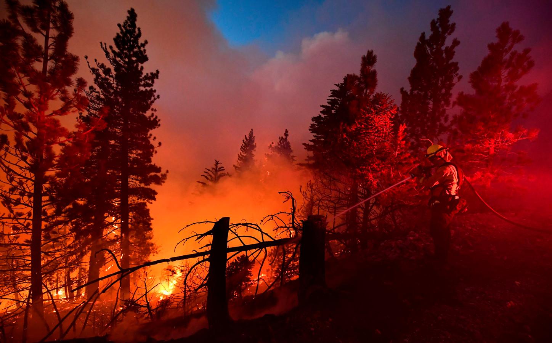 Blussen van verzengende bosbranden in Californië.