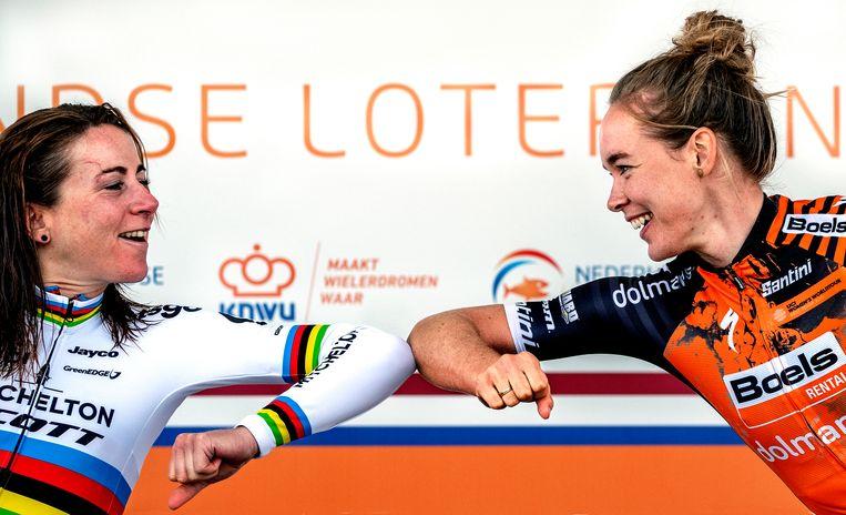 NK wielrennen 2020. Wereldkampioene Annemiek van Vleuten (links) feliciteert olympisch kampioene Anna van der Breggen met haar titel. Beeld Klaas Jan van der Weij / de Volkskrant