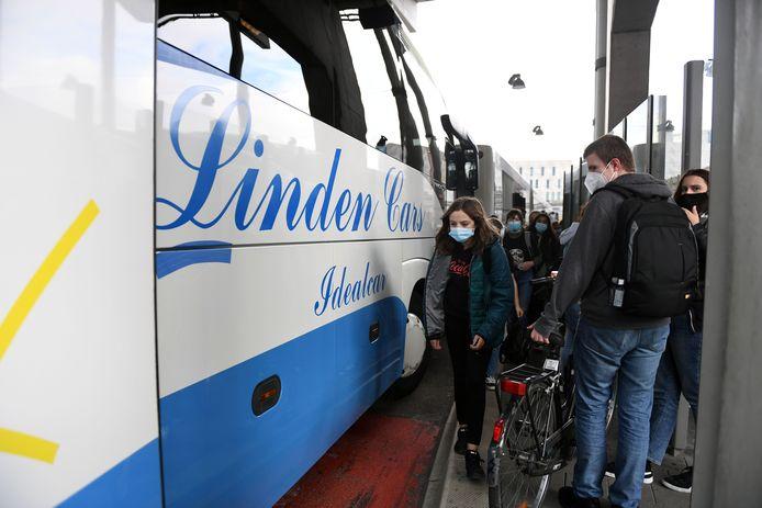 Het is druk in het Leuvense busstation maar de scholieren houden zich wel goed aan de mondmaskerplicht.