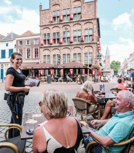 Doesburg houdt extra grote terrassen na coronatijdperk: 'Om groeiend aantal toeristen zitplek te bieden'