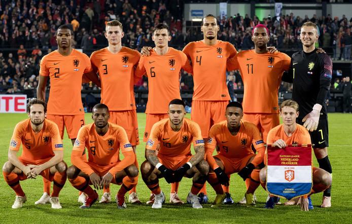Het 'nieuwe' Nederlands elftal met Dumfries, De Ligt, De Roon, Van Dijk, Cillessen, Blind, Wijnaldum, Depay, Promes en De Jong.