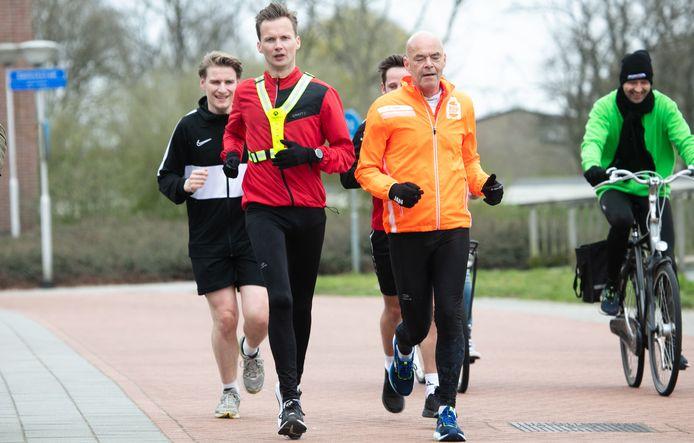 René van der Beek (rode jas) uit Hardenberg en zijn begeleiders onderweg voor zijn honderd kilometer voor Kika.