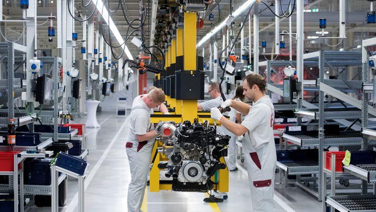 In een fabriek wordt een dieselmotor in elkaar gezet Beeld ap