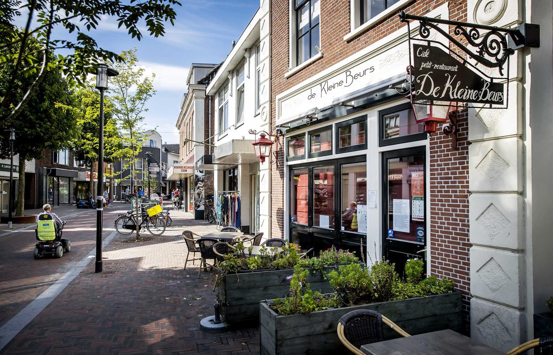 In café De Kleine Beurs in Hillegom raakten zeker 23 mensen besmet. De voorzitter van de Veiligheidsregio opperde een lokale lockdown.  Beeld ANP