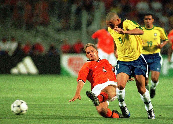 Frank de Boer in duel met Ronaldo tijdens de halve finale van het WK 1998 in Frankrijk.