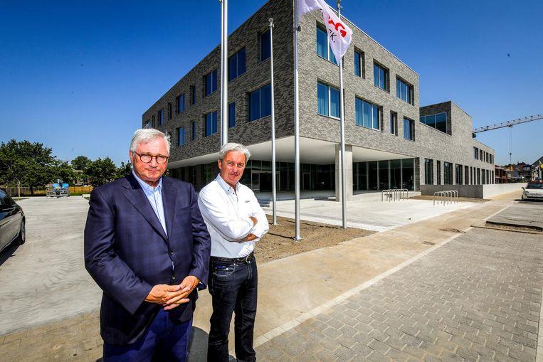 Burgemeester Marc Vanden Bussche (LB) en zonechef Nicolas Paelinck voor het nieuwe gebouw.