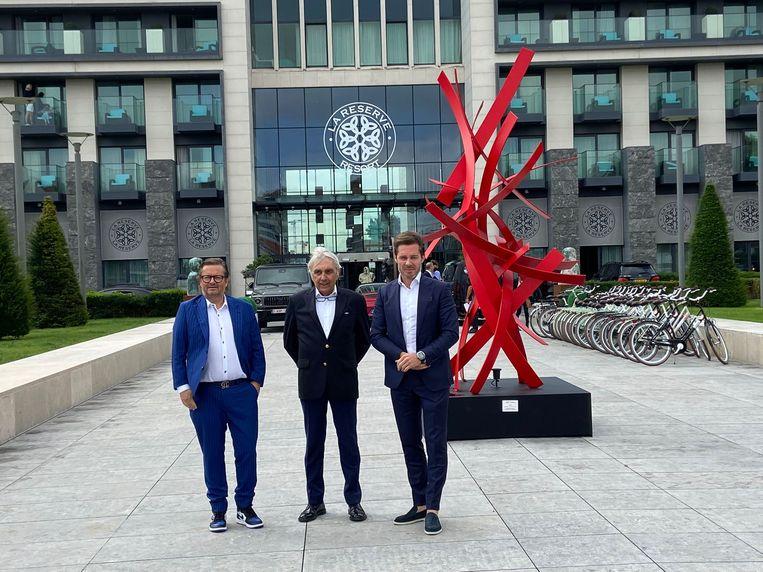 Marc Coucke, eigenaar Eddy Walravens en Bart Versluys voor het luxehotel. Beeld MMB