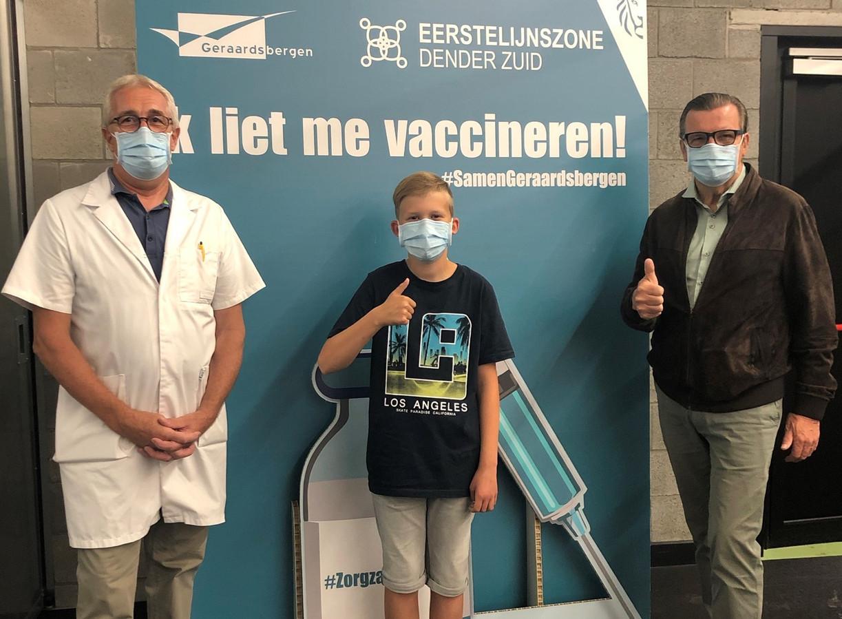 Verpleegkundige Dirk Chavatte, de 12-jarige Iljo Cauwel en burgemeester Guido De Padt.