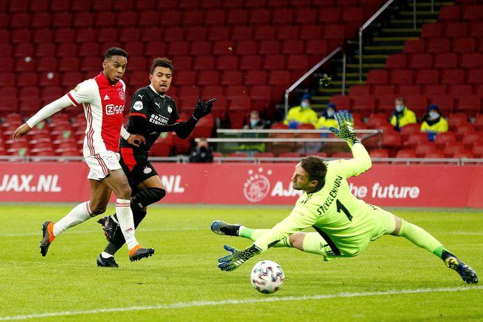 Maarten Stekelenburg verkleint zijn doel, waarna Donyell Malen van PSV naast schiet.