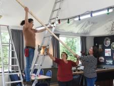 Vrijwilligers stutten plafond buurthuis 't Meandertje in Middelburg