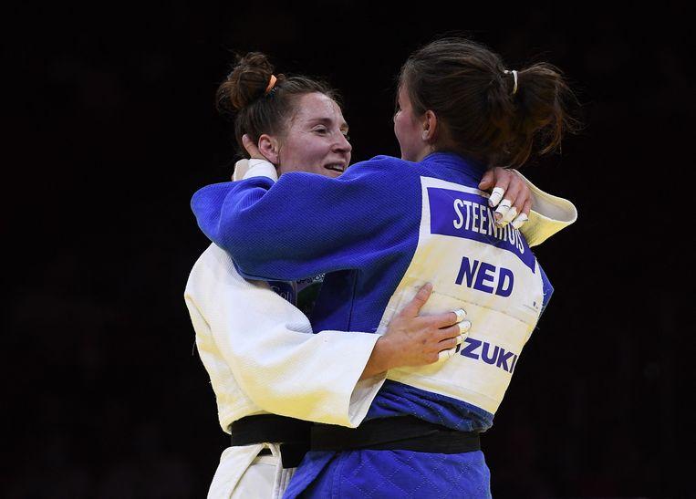 Marhinde Verkerk (in het wit) en Guusje Steenhuis na hun wedstrijd om het brons in Hongarije. Beeld AFP