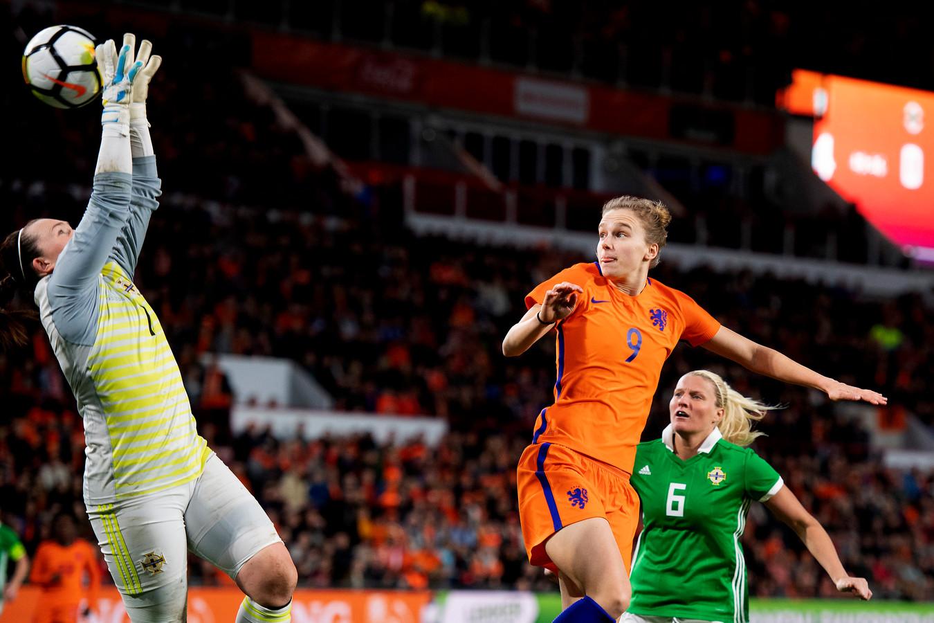 Een doelpoging van Vivianne Miedema in het Philips Stadion.