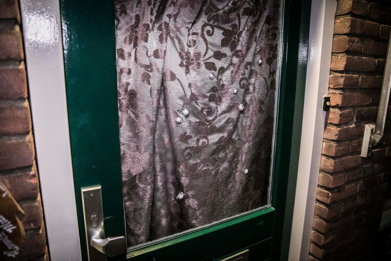 Acht kogelgaten in de voordeur van een woning aan de Haverlanden in Wageningen