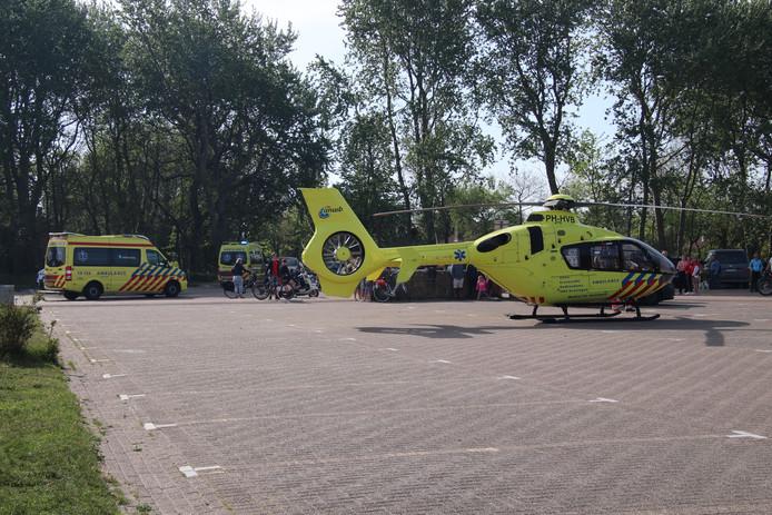 De traumahelikopter landde vlakbij de plaats van het ongeval op een parkeerplaats in Burgh-Haamstede.