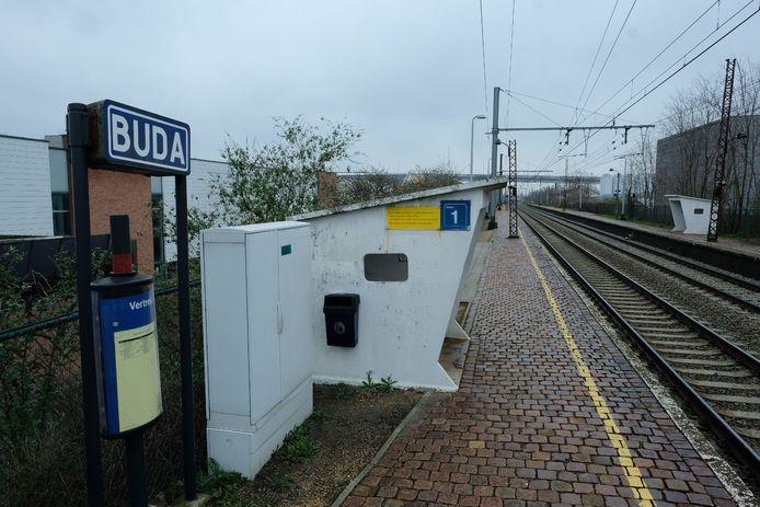 Het oude treinstation Buda zou vervangen worden door een nieuw station in Machelen, maar dat komt er niet.