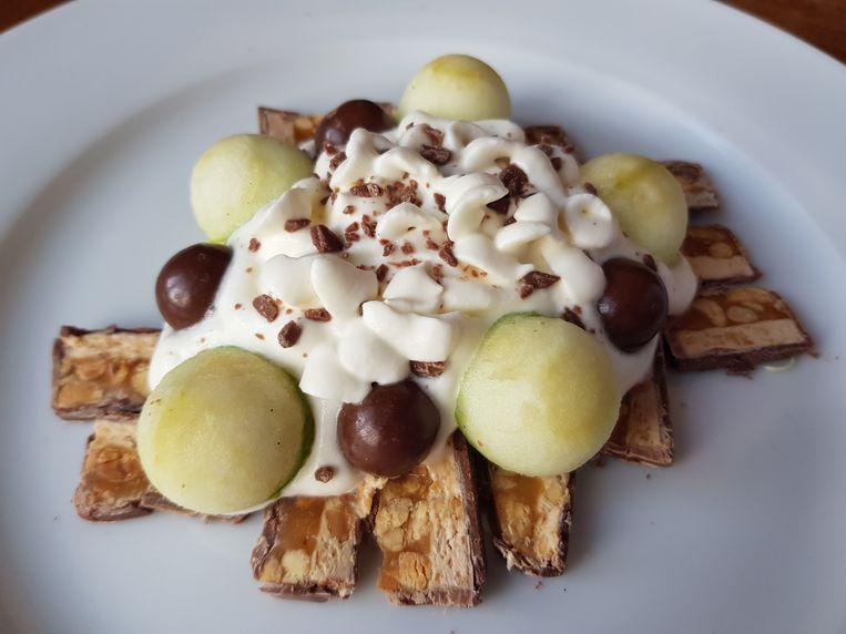 Carpaccio van Snickers met vanille-roomyoghurt en appel Beeld Marie Louise Schipper