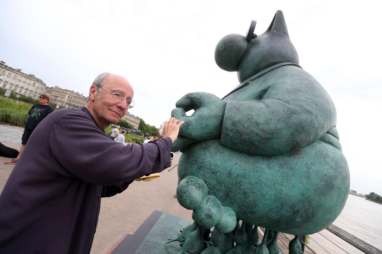 Philippe Geluck bij een standbeeld van zijn beroemde Kat in Bordeaux. Beeld Photo News