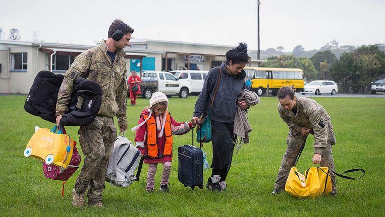 Mensen worden na de aardbeving van vorige week in het Nieuw-Zeelandse plaatsje Kaikoura geëvacueerd. Beeld EPA