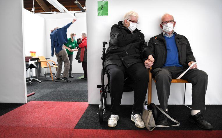 Ouderen in Wijchen hebben zojuist hun tweede prik met een coronavaccin gekregen. Beeld Marcel van den Bergh / de Volkskrant